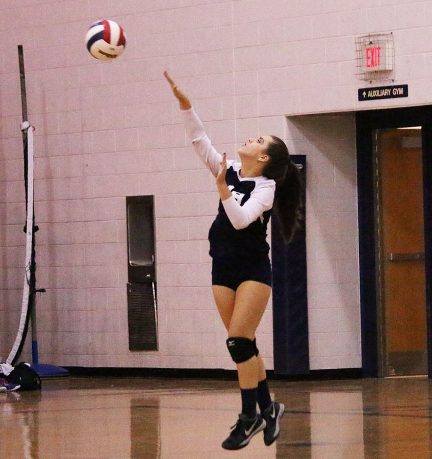 Sarah Earle serves the ball to the to the Judges.
