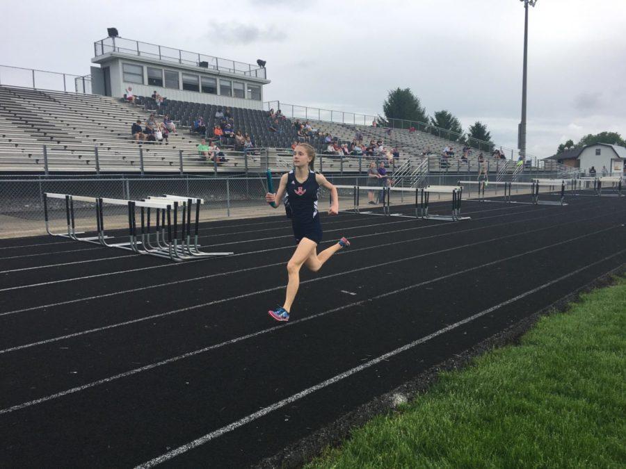 Sophomore+Sarah+Deloney+runs+her+leg+of+the+4x800m+relay.