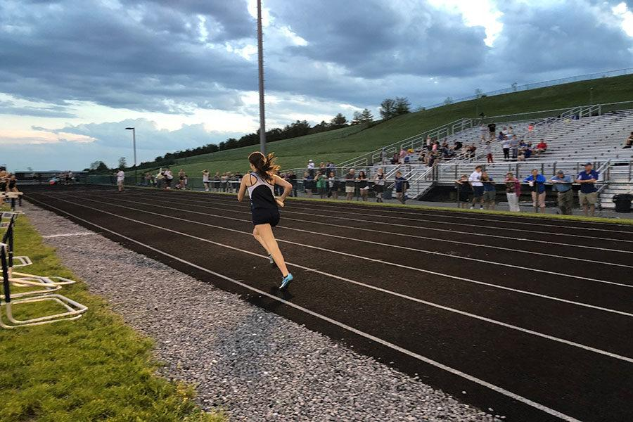 Senior+Carissa+Roberts+runs+the+last+leg+of+the+4x400+meter+relay.