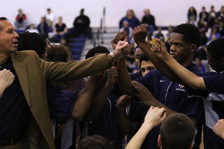 The+Streaks+huddle+during+a+timeout+as+head+coach+Don+Burgess+speaks.++