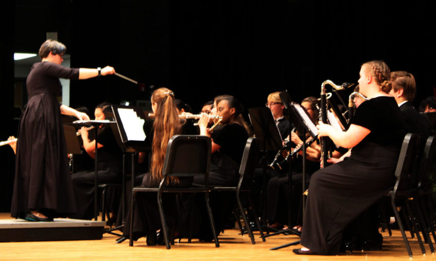 Mrs.+Leeper+directs+the+Concert+band+during+the+HHS+Winter+Concert.