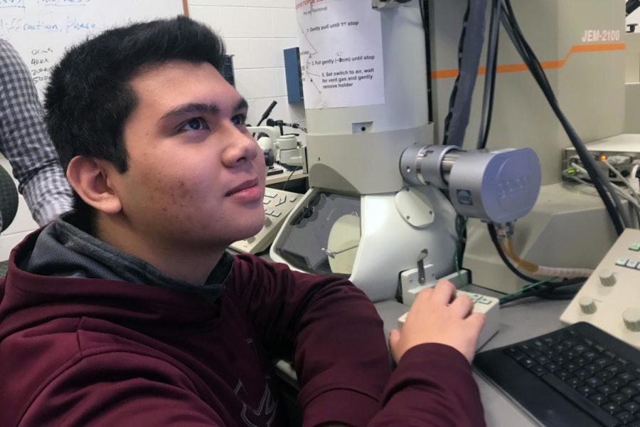 Sophomore+Carlo+Mehegan+views+gold+particles+through+an+electron+microscope.