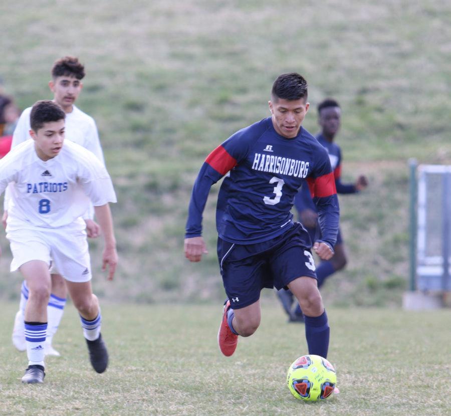 Sophomore+Mellser+Aguilar-Lopez+dribbles+past+a+player.+