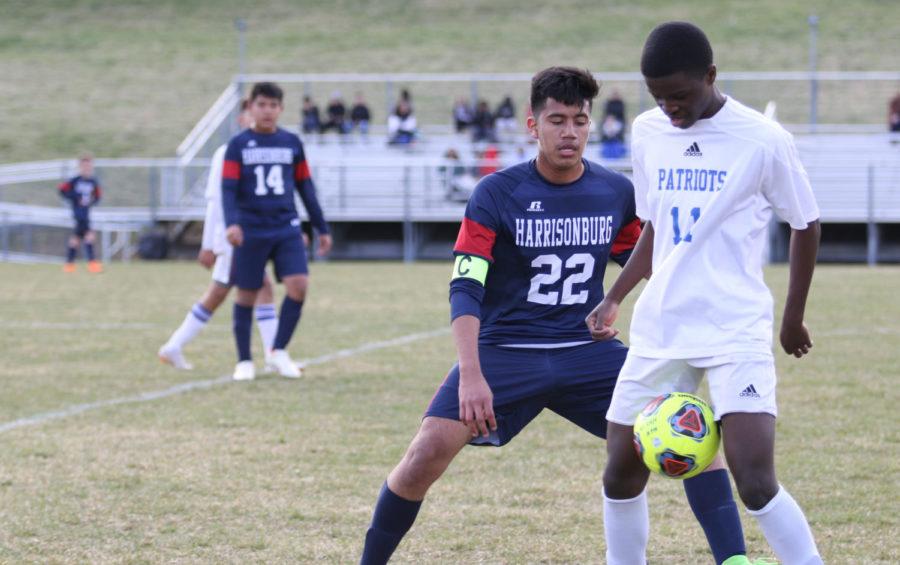 Sophomore+Jeylor+Velasquez+defends+a+player.+