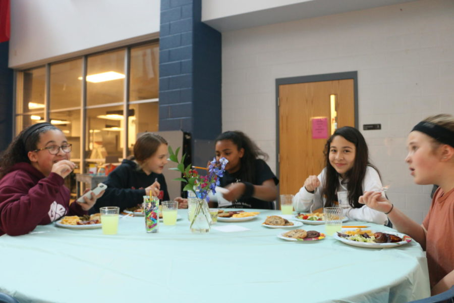 Attendees finish the night by eating dinner with mentors.