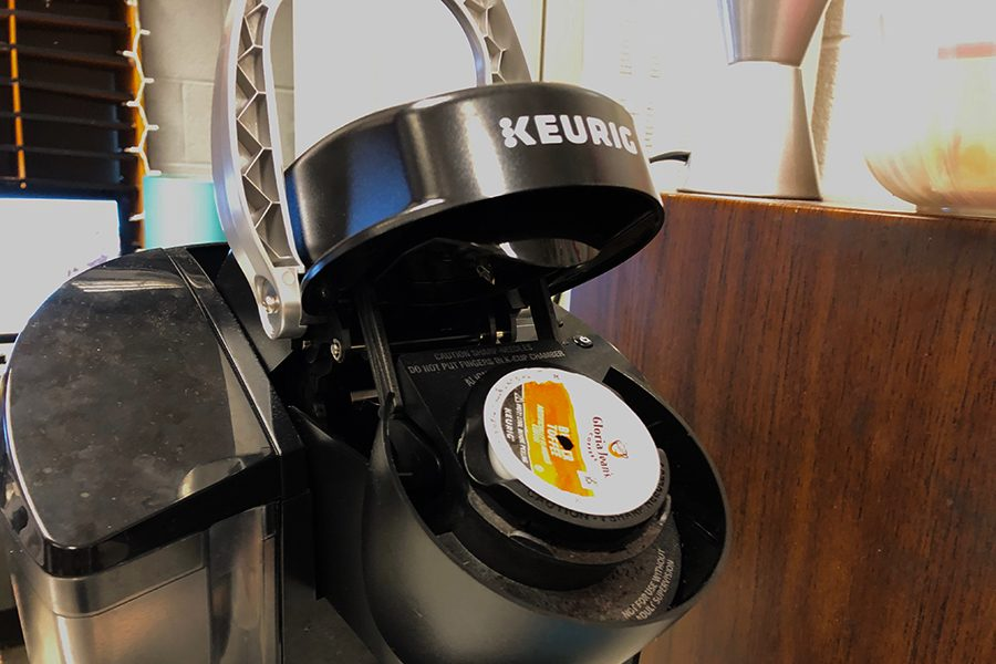 The+Keurig+in+the+back+corner+of+the+Newssteak+classroom+sits+open+as+an+editor+neglected+to+throw+away+their+used+cup.+