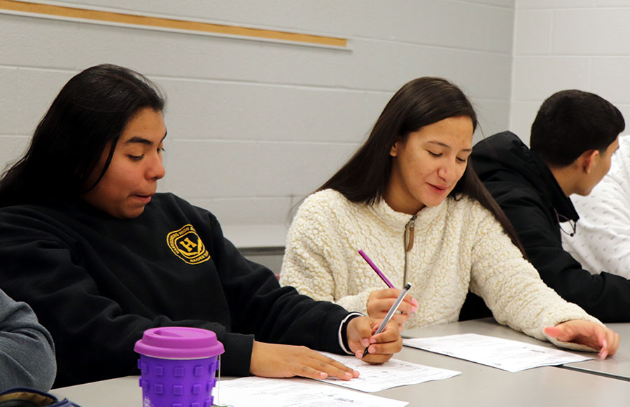 Freshman Yuleili Chavez and junior Kelly Alvarez-Perez work together on the first day of Spanish class.