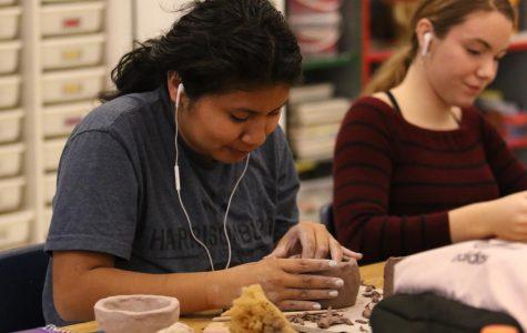 Seniors make ceramics in class