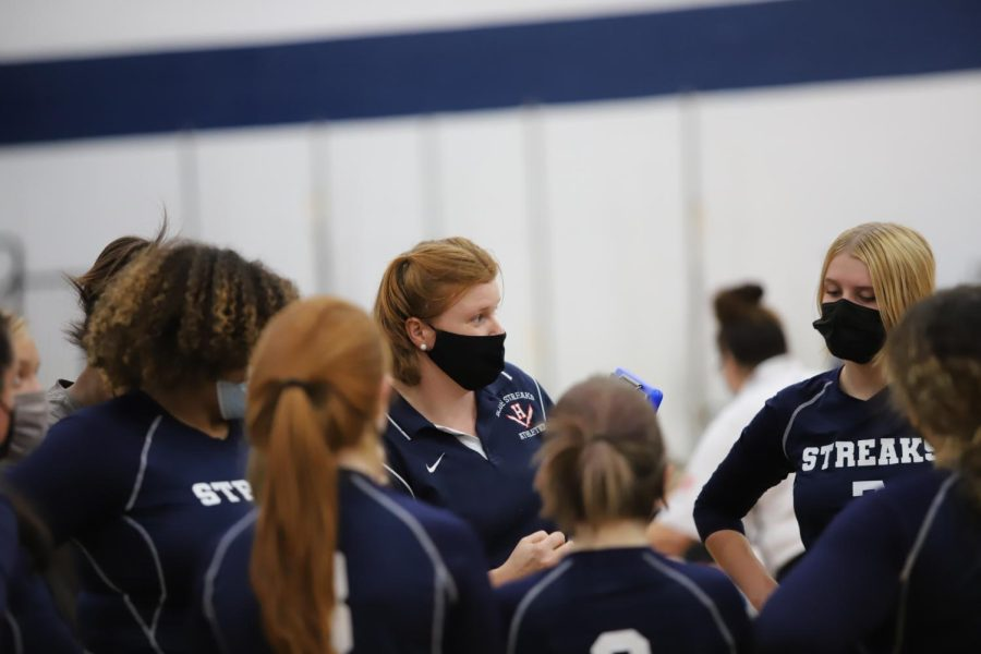 Volleyball+coach+Danae+Delozier+talks+to+the+team+before+they+go+back+on+the+court.%0A